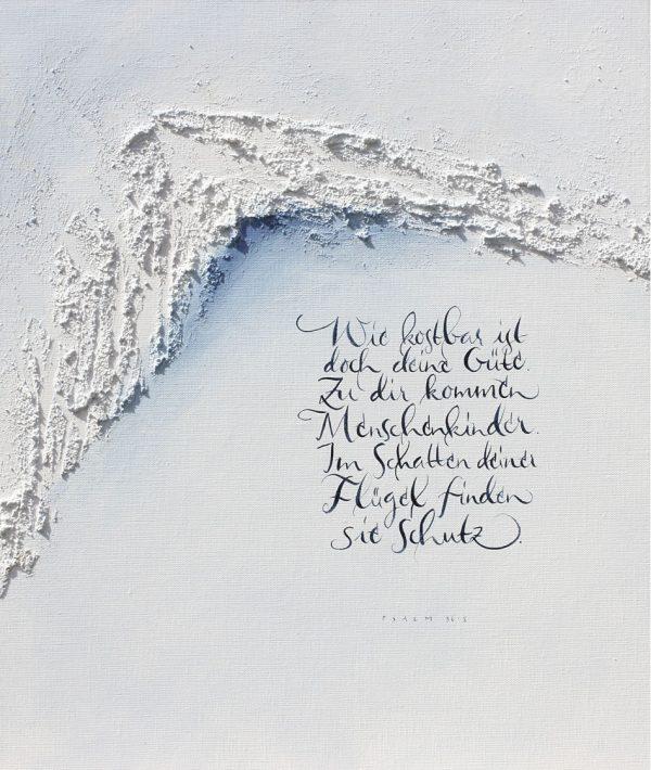 Merle Neumann malt Schriftbilder – Wie kostbar ist doch deine Güte. Zu dir kommen Menschenkinder. Im Schatten deiner Flügel finden sie Schutz. Psalm 36,8